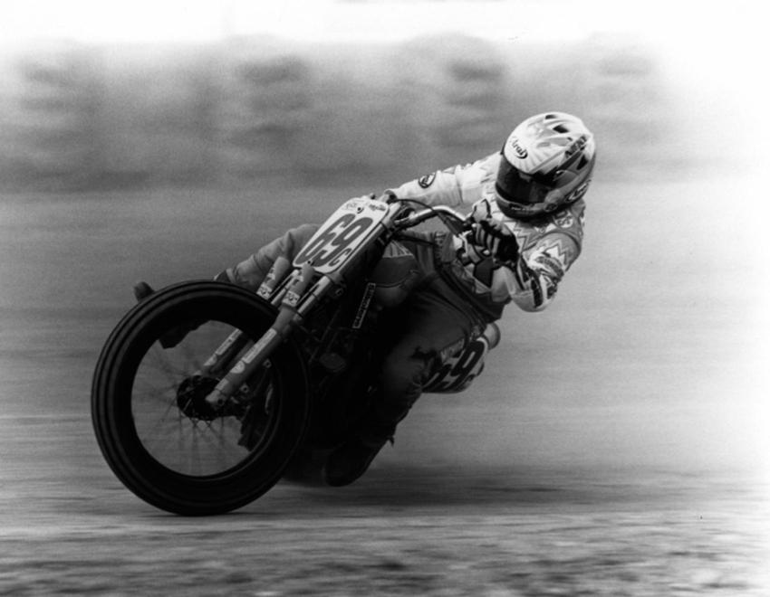 Moto Flattracker en plein virage